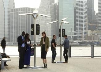 Ulično solarno punjenje mobilnih telefona u Njujorku
