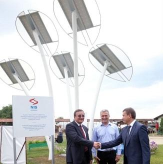 NIS poklonio solarno led drvo školi u Kanjiži