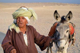 pustinjski čovek s kamilom